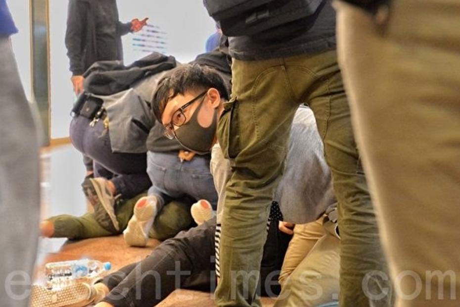2019年12月24日平安夜,港人在各區商場發起「和你Sing,願平安歸香港」活動。圖為防暴警察衝進海港城逮捕民眾。(宋碧龍/大紀元)
