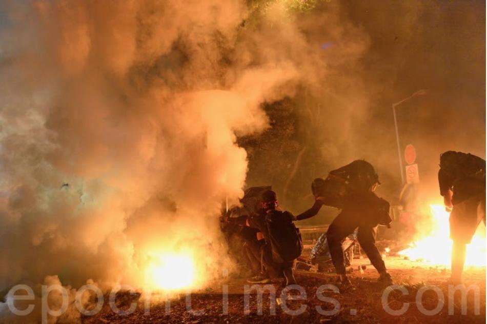 圖為11月12日,香港警察闖入香港中大,狂射催淚彈,將校園變成了戰場。(宋碧龍/大紀元)