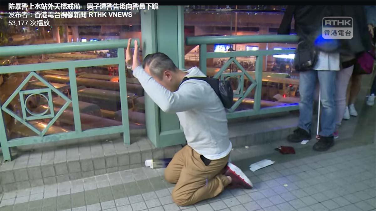 2019年12月28日一名香港男子向警方下跪,請求執法應有節制,警察稱「我受得起」。(影片截圖)
