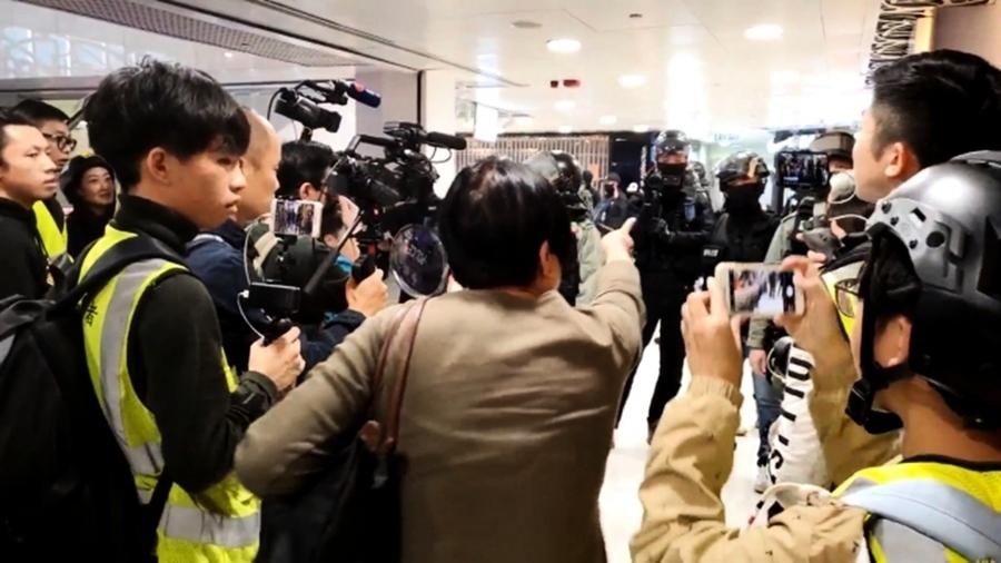 中國大媽怒罵港警濫暴:共產黨給屎你吃的