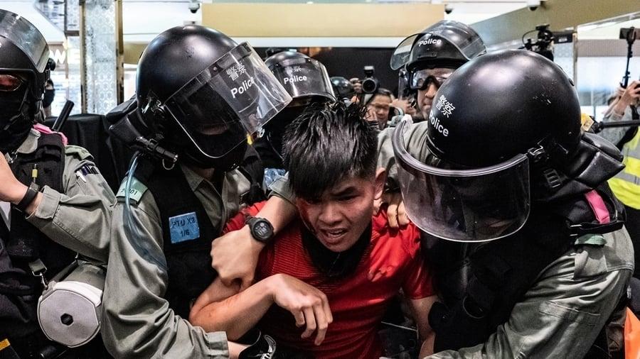 港警恐襲實錄:警棍爆打盾牌疑割脖子染血