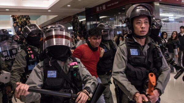 紅衣男子頭部流血。( DALE DE LA REY/AFP via Getty Images)