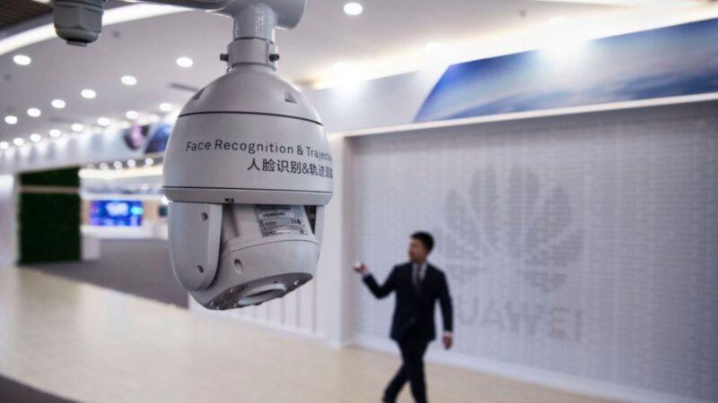 圖為2019年4月26日中國深圳華為公司坂田基地一名華為工作人員從從面部識別攝像頭的走過。 (Kevin Frayer/Getty Images)