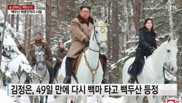 北韓日前單方面向美方發出年底對話,並稱北韓選甚麼樣的「聖誕禮物」,完全取決於美國的抉擇。圖為,金正恩相隔49天,再騎馬登白頭山(長白山)。(影片截圖)