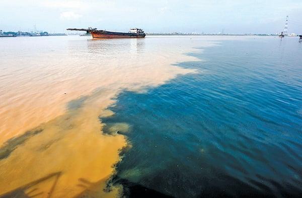 香港三年花112億買東江污水供飲用。2008年8月2日,來自廣東增城的黑色污染水流入東江。(Getty Images)