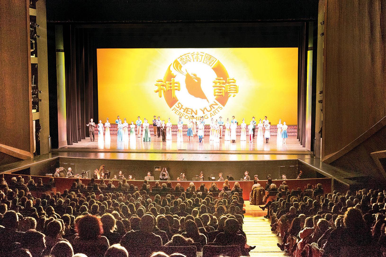 12月27日,神韻巡迴藝術團在佛羅倫斯五月音樂節劇院首場演出現場。(Mario Iacob/大紀元)