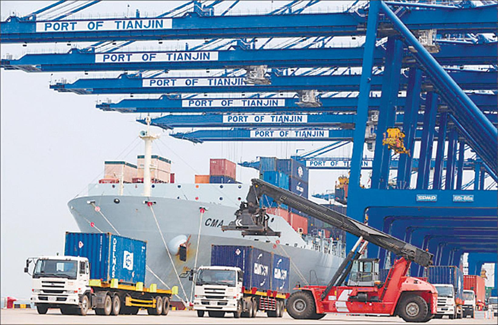 圖為天津港在裝卸貨物。(FREDERIC J. BROWN/AFP/Getty Images)