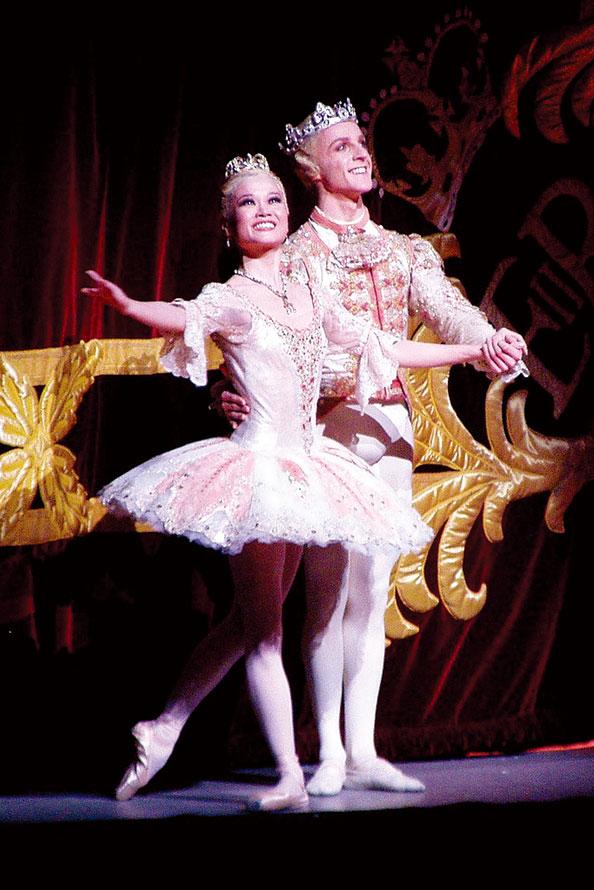 2009年皇家芭蕾舞團《胡桃夾子》劇照,Miyako Yoshida 和 Steven McRae 飾演的糖果仙子和王子。 (scillystuff from UK/ Wikimedia Commons)