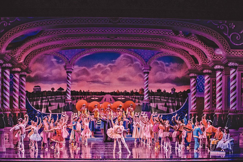 2016年,美國堪薩斯市芭蕾舞團演出《胡桃夾子》,劇終集體謝幕。(KCBalletMedia /Wikimedia Commons)