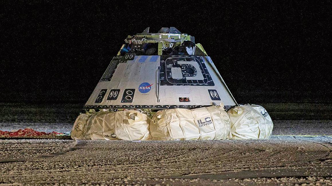 波音星際飛船太空船因為軟件出錯,未能與國際太空站對接,就提前返回地球,22日早上成功降落在美國新墨西哥州白沙導彈靶場上。(NASA/Bill Ingalls)