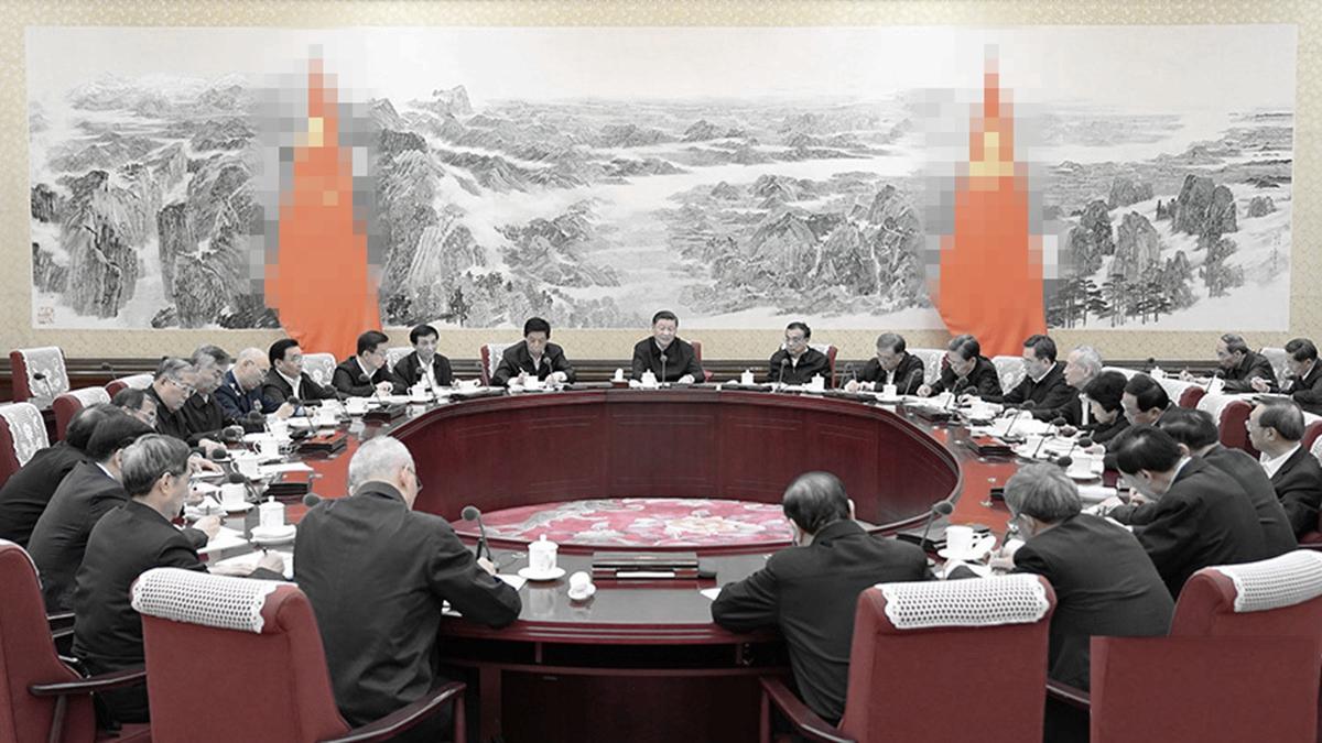 黨媒發佈的現場照片顯示,習坐在會場正中央,兩排的委員們都低頭忙著記筆記,李克強則表情尷尬的抬頭勉強微笑。(微博圖片)
