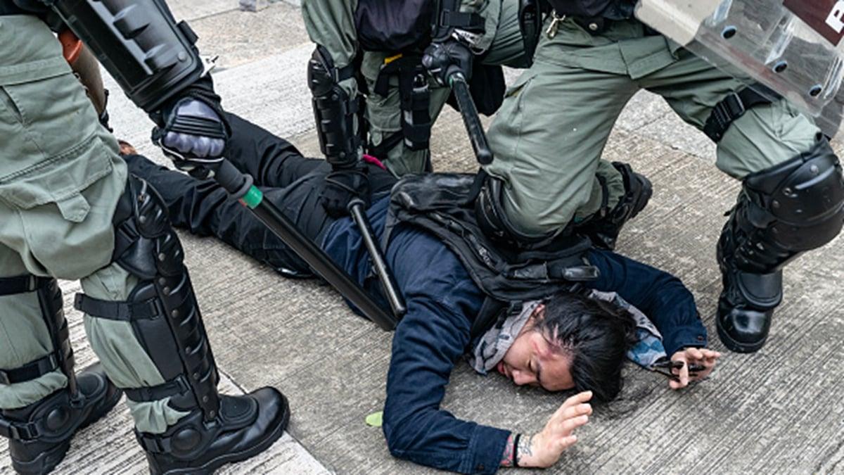 香港警察暴力抓捕香港反送中抗爭者。(Anthony Kwan/Getty Images)