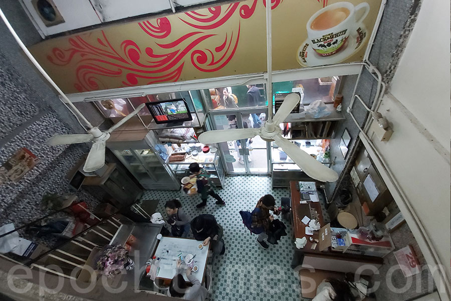 中國冰室內的馬賽克磚牆、綠白格子地磚、雙層閣樓設計、舊式吊扇,充滿了懷舊氣息。(曾蓮/大紀元)
