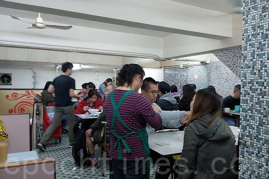 不少顧客特地前來光顧中國冰室。(曾蓮/大紀元)