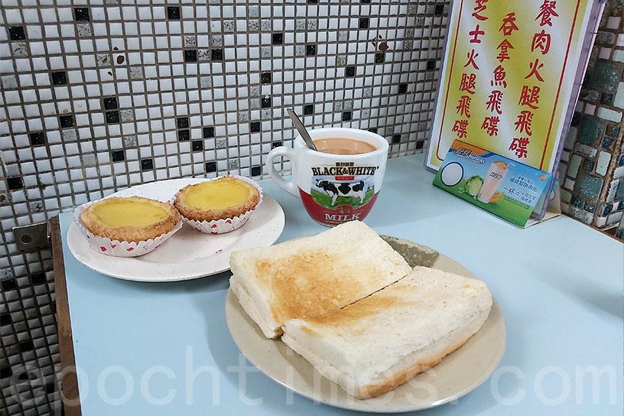 中國冰室特色美食之一的加央多士(前)。(曾蓮/大紀元)