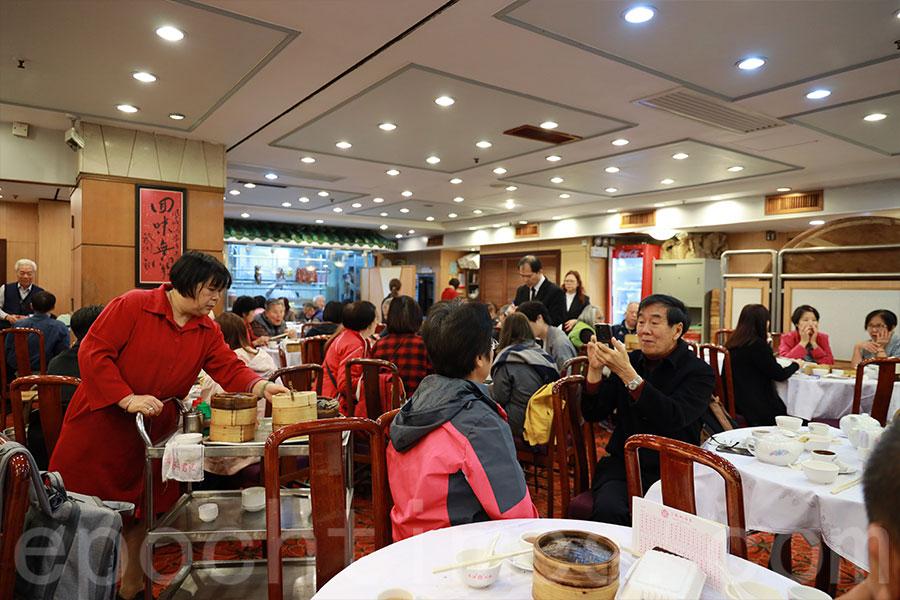 不少顧客在太子鳳城酒家的最後一個營業日光顧,懷緬一番。(陳仲明/大紀元)