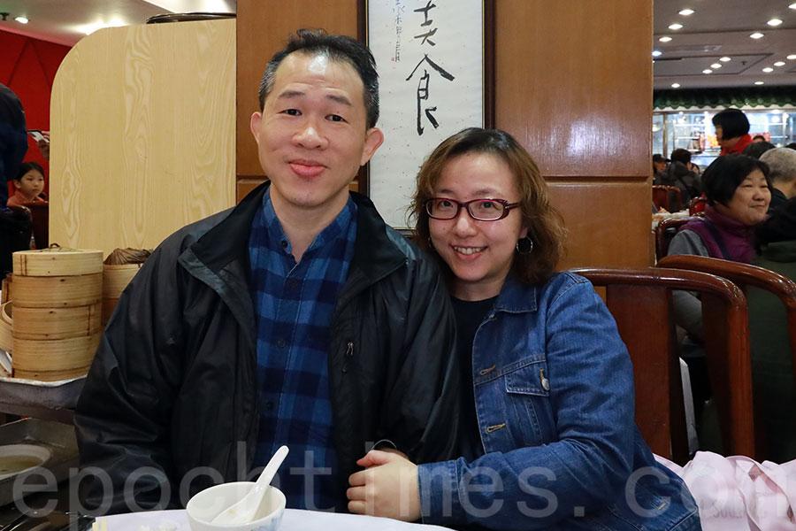 方氏夫婦聽聞鳳城酒家即將結業,近日特地多次前往光顧。(陳仲明/大紀元)