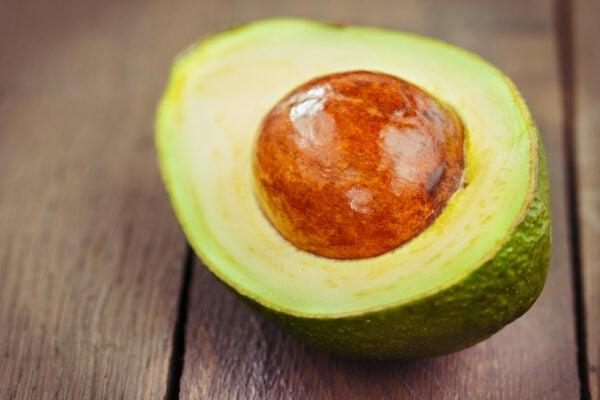 人們普遍認識到,優質脂肪是維持神經系統、內分泌系統正常運作的必要養分。牛油果所含的脂肪大部份都是有益健康的不飽和脂肪酸,是非常好的脂肪來源。(Shutterstock)