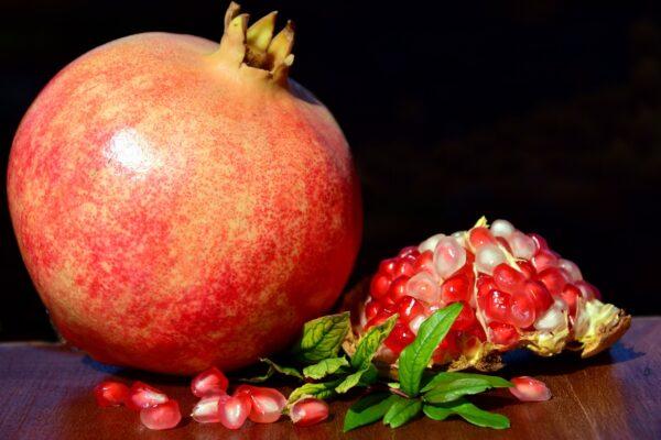 除了可以使用常見的甜菊糖、蜂蜜和楓糖漿之外,也可以選擇從水果中提煉出的甜味劑。石榴經過提煉,也能生產健康的甜味劑。(Pixabay)