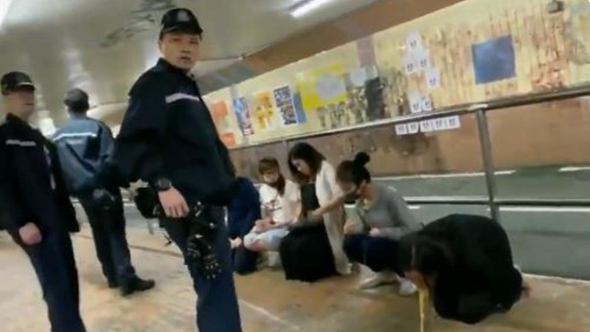 12月30日晚,香港一名孕婦被逼跪地,受驚嚇嘔吐,現場港警冷眼訓斥。(推特截圖)