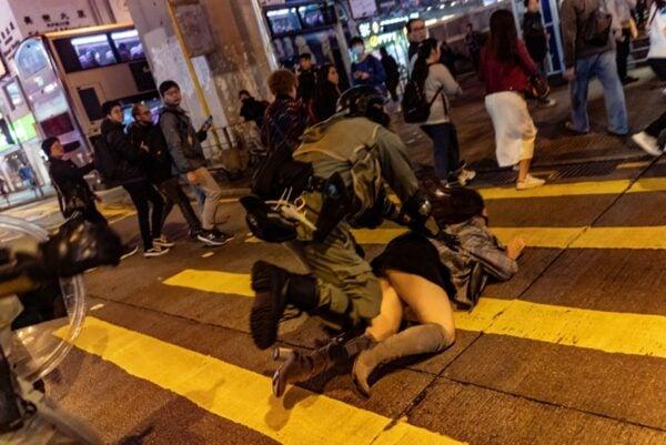 12月31日晚,一名港警在街上暴力撲倒一名女市民。(Anthony Kwan/Getty Images)