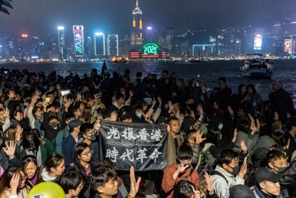 12月31日晚,港人舉行抗議集會,表達2020年繼續抗爭的決心。(Anthony Kwan/Getty Images)