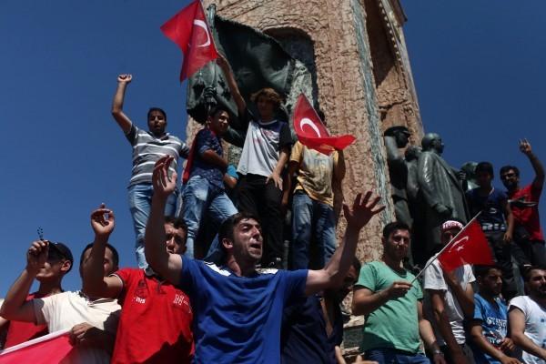 7月15日,土耳其驚傳軍事政變,總統埃爾多安(Tayyip Erdogan)火速飛抵伊斯坦堡,政變迅速以失敗告終。圖為7月16日,土耳其人民走上街頭,歡慶勝利。(Burak Kara/Getty Images)
