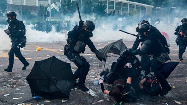 港警對抗爭者的暴力鎮壓不斷升級,而警黑勾結、栽贓嫁禍抗爭者的醜聞也頻頻被揭穿。(ISAAC LAWRENCE/AFP/Getty Images)