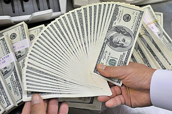 美元指數2019年第四季下挫2.6%,越來越多的專家預測2020年美元仍將持續回貶。(Getty Images)