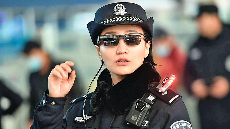 018年2月5日,河南鄭州火車站一名警察戴著一副帶有面部識別系統的智能眼鏡。(AFP)