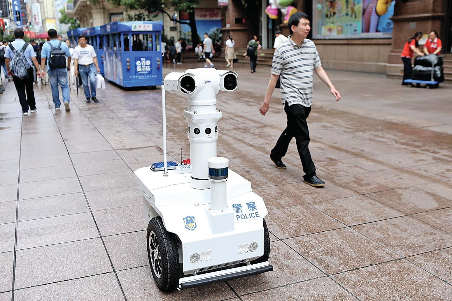 2019年9月6日,上海首位5G機械人警察「瓦力」在南京路步行街巡邏。(大紀元資料室)
