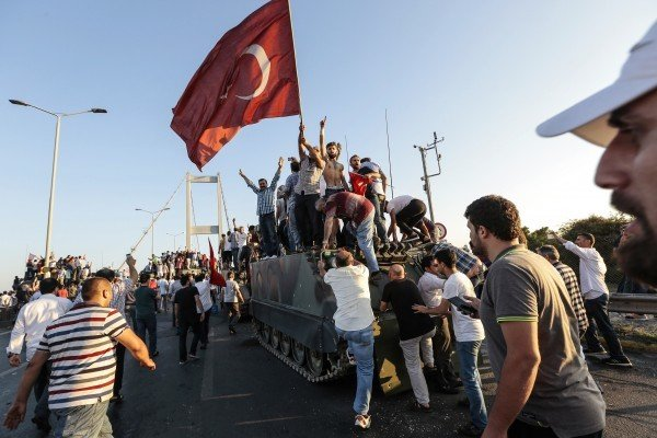 7月16日,土耳其總統埃爾多安支持者慶祝擊敗軍事政變企圖。(Gokhan Tan/Getty Images)