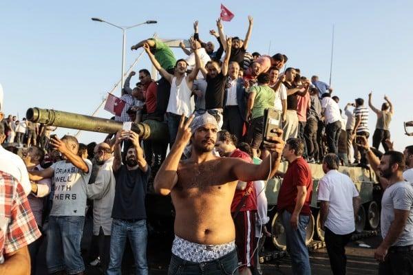 7月16日,土耳其總統埃爾多安支持者慶祝擊敗軍事政變。(Gokhan Tan/Getty Images)