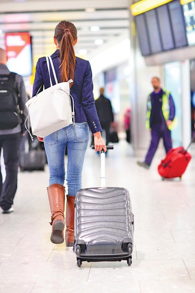 拖著沉重的行李箱跑來跑去不如搭出租車更方便。