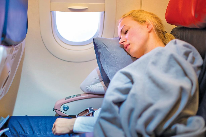 搭乘早班飛機雖然可以省點錢,但早起會導致睡眠不足。