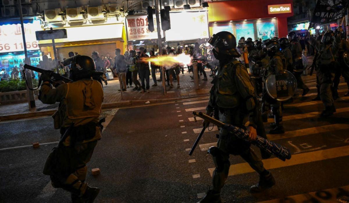 圖為香港防暴警察於2019年12月1日在香港街頭巷舉行集會的民眾發射催淚彈。(Billy H.C. Kwok/Getty Images)