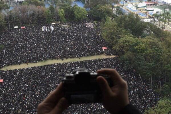 2020年1月1日,103萬港人在新年第一天走上街頭,在遊行起點維園,人潮逼爆。(PHILIP FONG/AFP via Getty Images)