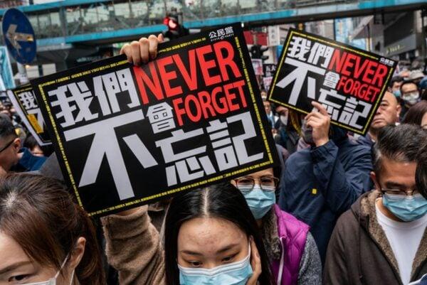 2020年1月1日,103萬港人在新年第一天走上街頭,市民高舉「五大訴求、缺一不可」、「我們不會忘記」等標語。(Anthony Kwan/Getty Images)