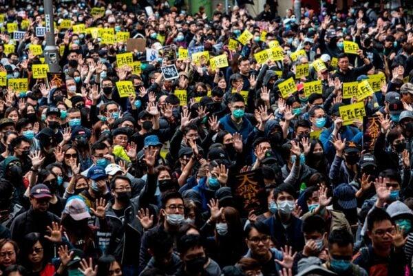 2020年1月1日,103萬港人在新年第一天走上街頭,市民高舉手掌,高喊「五大訴求、缺一不可」。(ISAAC LAWRENCE/AFP via Getty Images)