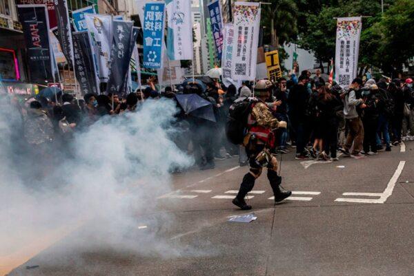 2020年1月1日,103萬港人在新年第一天走上街頭,港警向沒有防護的市民發射催淚彈。 (ISAAC LAWRENCE/AFP via Getty Images)