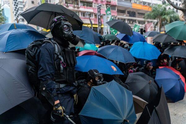2020年1月1日,103萬港人在新年第一天走上街頭,一些年輕的抗爭者為保護市民安全撤離,擺開傘陣,與警方對峙。(Anthony Kwan/Getty Images)