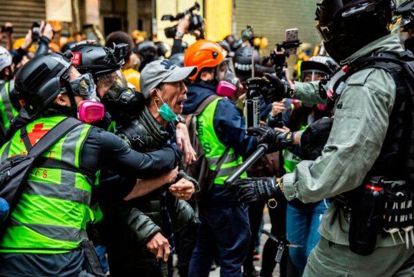 2020年1月1日,103萬港人在新年第一天走上街頭,港警用胡椒噴霧指向一位老人。(ISAAC LAWRENCE/AFP via Getty Images)