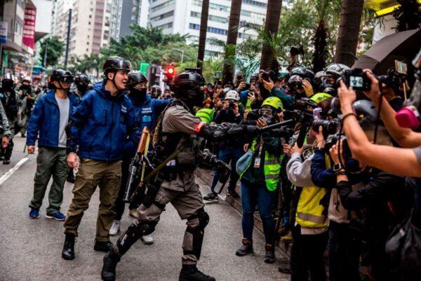 2020年1月1日,103萬港人在新年第一天走上街頭,港警粗暴地威脅記者。(ISAAC LAWRENCE/AFP via Getty Images)