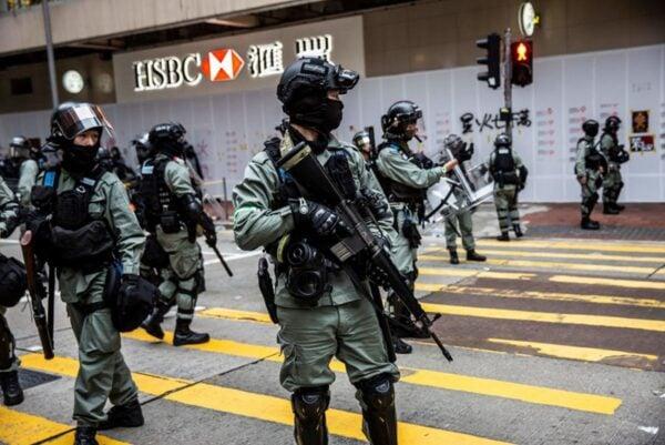 2020年1月1日,103萬港人在新年第一天走上街頭,港警腰斬遊行,四處圍捕市民。(ISAAC LAWRENCE/AFP via Getty Images)