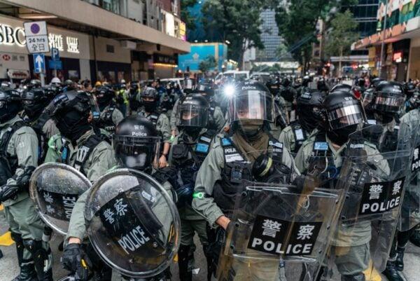 2020年1月1日,103萬港人在新年第一天走上街頭,港警腰斬遊行,四處圍捕市民。 (Anthony Kwan/Getty Images)