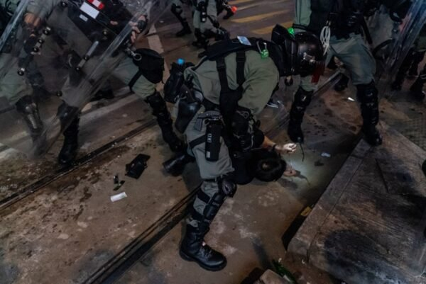 2020年1月1日,103萬港人在新年第一天走上街頭,港警腰斬遊行抓捕民眾。(Anthony Kwan/Getty Images)