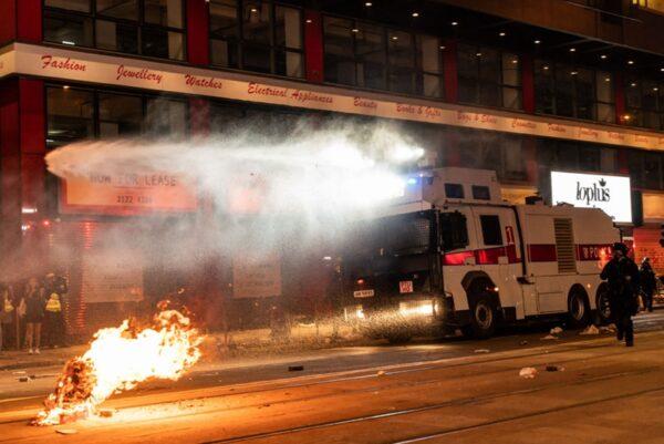 2020年1月1日,103萬港人在新年第一天走上街頭,港警出動水炮車驅趕民眾。(Anthony Kwan/Getty Images)