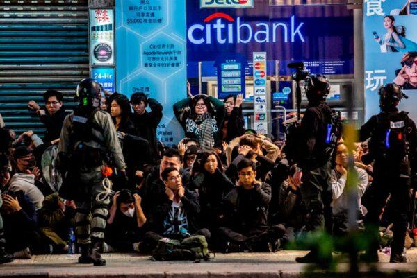 2020年1月1日,103萬港人在新年第一天走上街頭,港警腰斬遊行抓捕民眾。(ISAAC LAWRENCE/AFP via Getty Images)