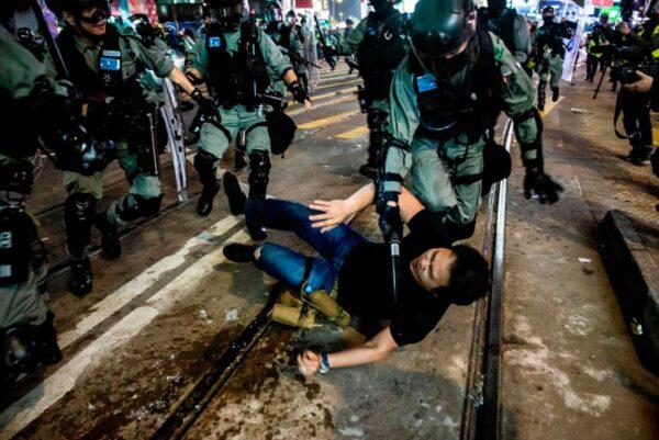 2020年1月1日,103萬港人在新年第一天走上街頭,港警腰斬遊行抓捕民眾。 (ISAAC LAWRENCE/AFP via Getty Images)