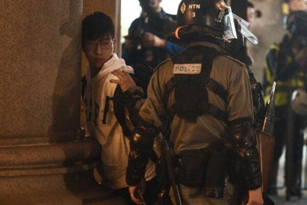 2020年1月1日,103萬港人在新年第一天走上街頭,港警腰斬遊行抓捕民眾。(PHILIP FONG/AFP via Getty Images)